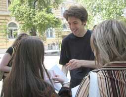 Бенджамин Мозер дает автограф