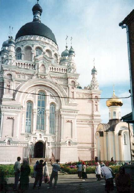 Казанский женский монастырь в Вышнем Волочке. Справа - часовня над могилой блаженной Любушки Сусанинской