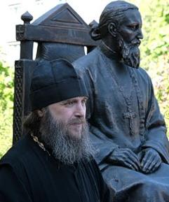Протоиерей Геннадий Беловолов у памятника св. праведного Иоанна Кронштадтского
