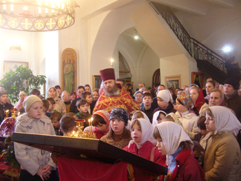 Детская Пасха. Леушинское подворье, СПб. Перед иконой Царственных мучеников