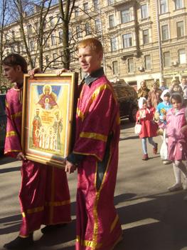 Крестный ход. С иконой Царственных мучеников – Максим Тарасов и Ярослав Тиховодов (справа)