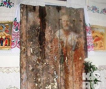 Проступившая на двери икона св. Николая (фото: Комсомольская правда)