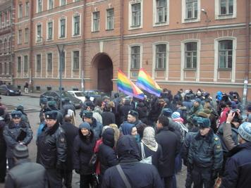 Милиция охраняет содомитов от народа