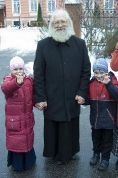 протоиерей Андрей Логвинов с детьми