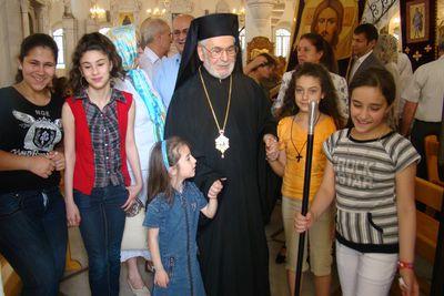 Патриарх Игнатий с сирийскими детьми
