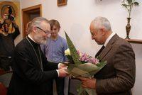 Отец Г.Кочетков дарит цветы Н.Сванидзе
