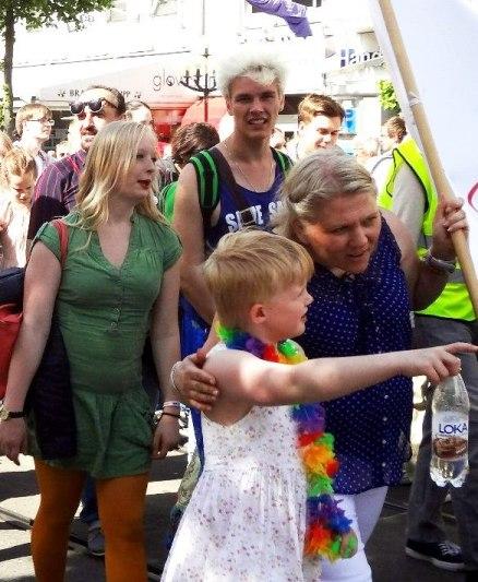 Мальчик в платье на гей-параде