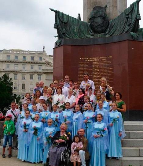 У монумента павших воинов во Второй мировой войне