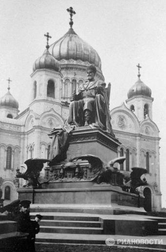 Памятник Императору Александру III у Храма Христа Спасителя