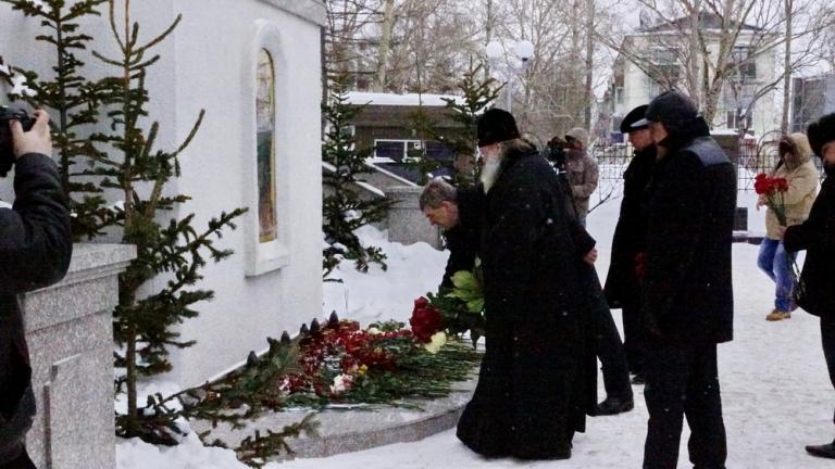 Церемония возложения цветов в память о невинно убиенных монахини Людмиле и рабе Божием Владимире