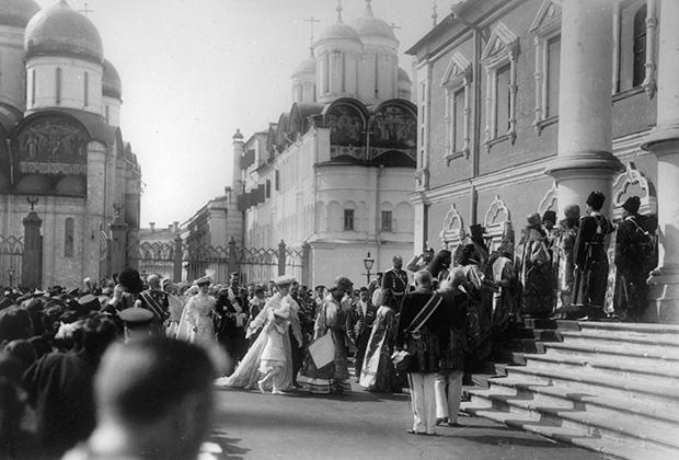 Император Николай II и члены Императорской семьи у входа в Чудов монастырь. Вербное воскресенье, 1903 год