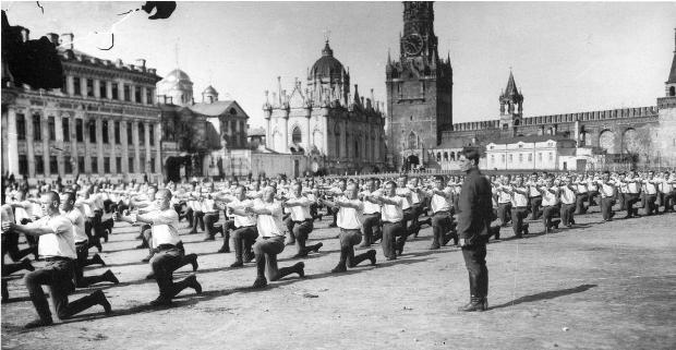 Занятия красноармейцев на плацу перед Вознесенским женским монастырем Кремля, 1925г.