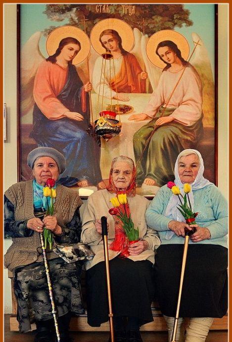 Бабушка Мария, бабушка Александра и бабушка Екатерина, ветераны тыла, после Божественной литургии в Праздник Победы советского народа в Великой Отечественной войне. Ветеранам вручили цветы и подарки, накормили за трапезой, спели многолетие. Они живут поблизости и, по их словам, всю жизнь ждали и надеялись, что Корсунскую церковь восстановят. Девяностолетние бабушки стали первыми прихожанками.
