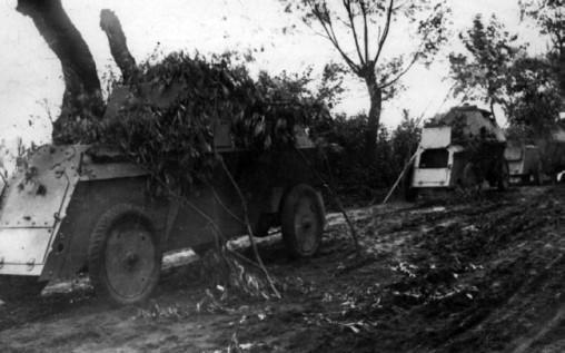 *Руссо-Балты* 1-й автопулеметной роты на дороге в районе Прасныша, 1915 г.