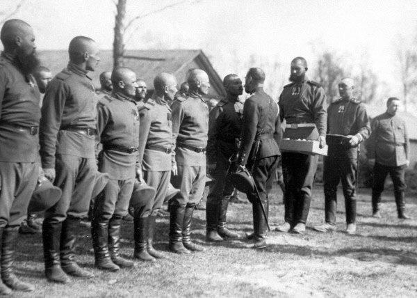 Император Николай II христосуется с солдатами