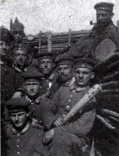 Немецкие солдаты с палицей