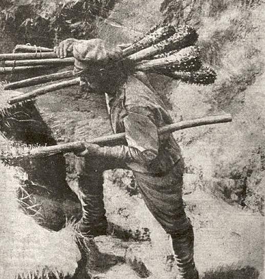 Русский солдат с трофейными палицами