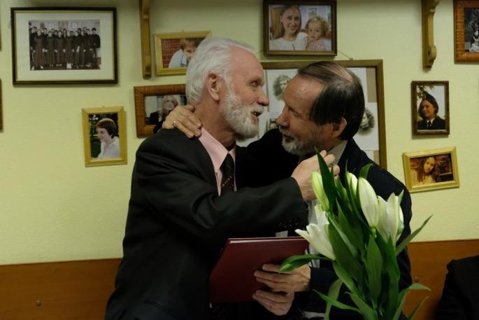 Валентин Евгеньевич Семенов поздравляет Алексея Николаевича Швечикова