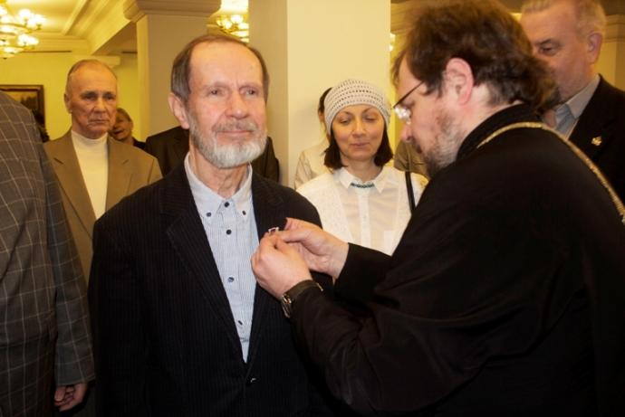 Вручение профессору Валентину Семенову серебряной медали святого первоверховного апостола Петра