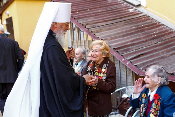 Митрополит Одесский и Измаильский Агафангел в неформальной обстановке поздравил ветеранов Великой Отечественной войны